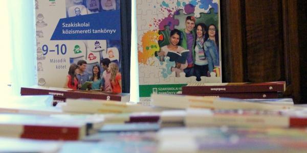Nemzetközi konferencián vitatták meg a tankönyvírás új útjait